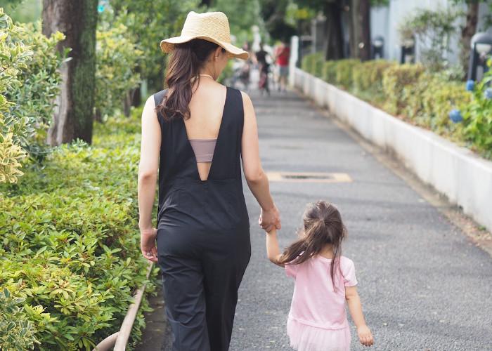 娘さんと手を繋いで歩く大橋菜央さん