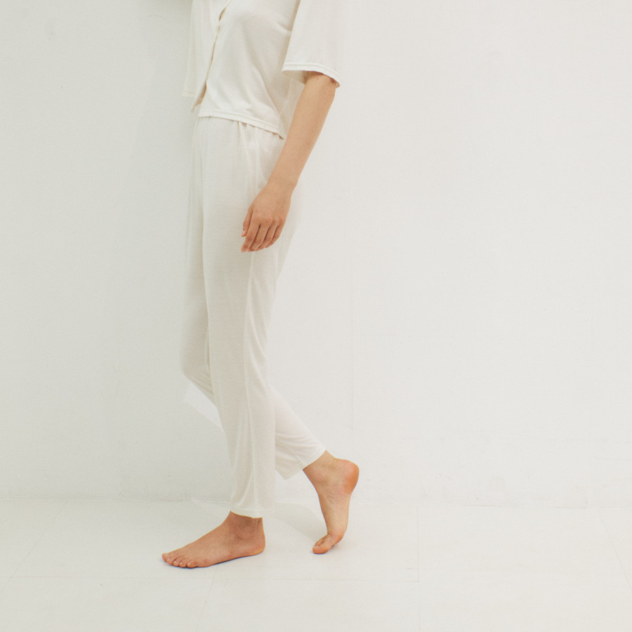 lounge WRAY シルクナイトウェア パンツ ホワイト 着用イメージ